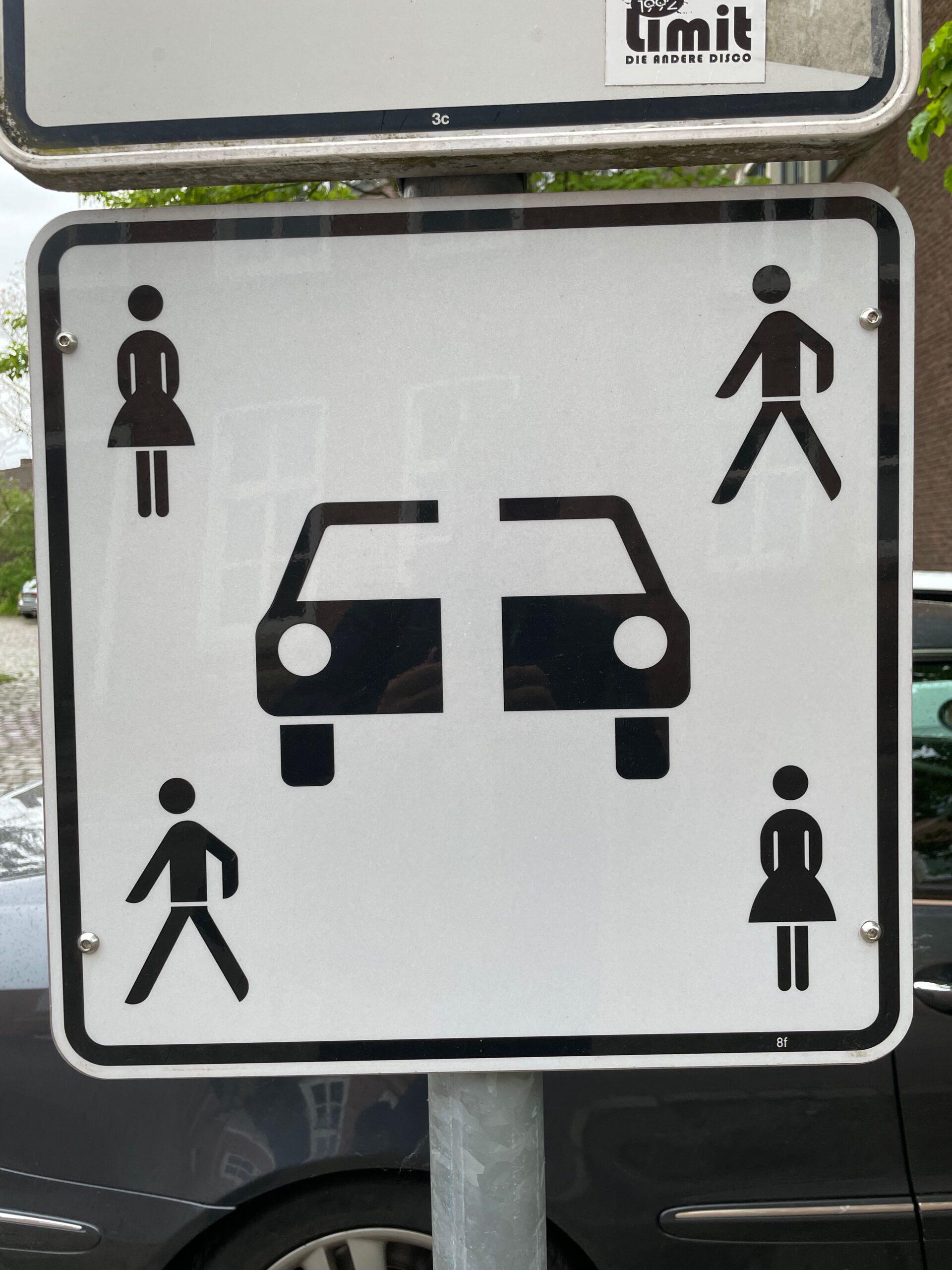 Kleines Bilderrätsel: Was bedeuten Mann & Frau und das durchgeschnittene Auto?
