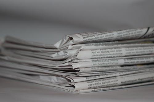 Zeitungen verkaufen mit Cap und Sonnenbrille